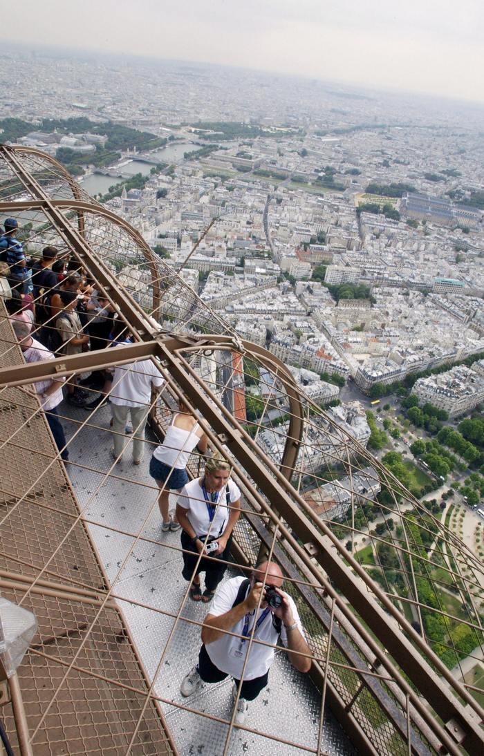 Вид на Париж с Эйфелевой башни. Фото: DANIEL JANIN/AFP/Getty Images)
