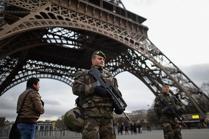 Французские войска патрулируют территорию вокруг Эйфелевой башни. Фото: Jeff J Mitchell/Getty Images