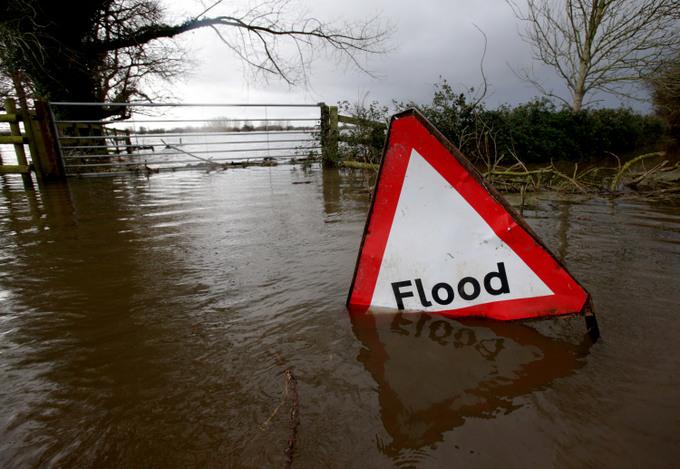 Затопленная табличка с надписью «Наводнение». Фото:  Matt Cardy/Getty Images