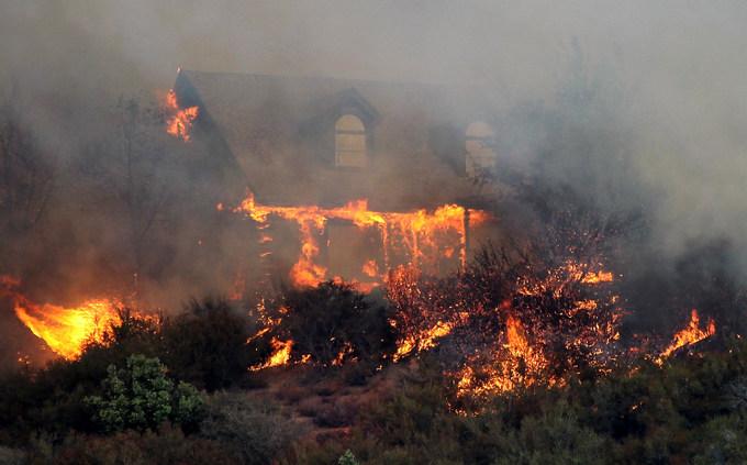Пожар уничтожил более 1 600 жилых домов. Фото: Justin Sullivan/Getty Images