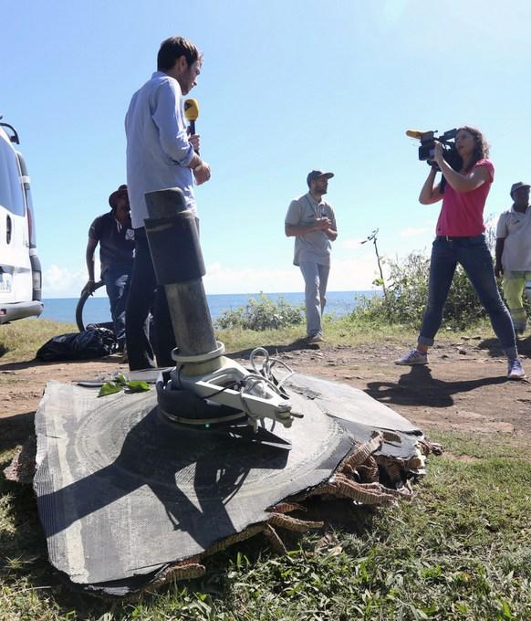 Обломок, найденный на берегу острова Реюньон. Фото: RICHARD BOUHET/AFP/Getty Images