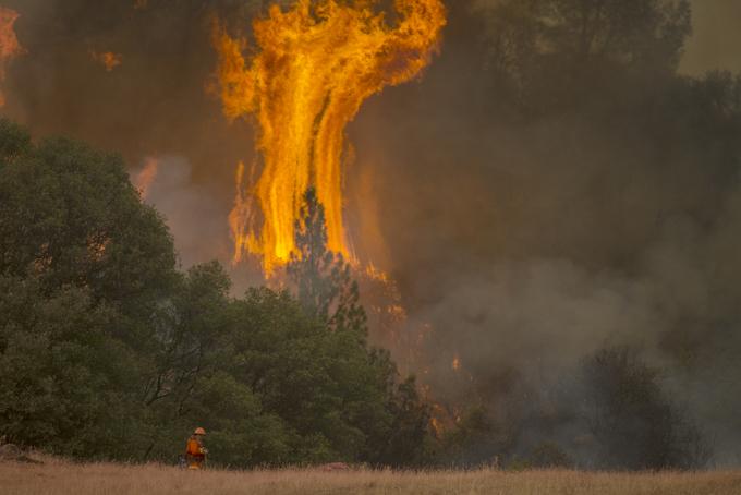 Местные власти ожидают, что пожары продолжат распространяться. Фото: David McNew/Getty Images