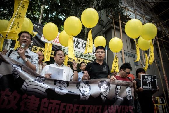 Гонконгские активисты призывают к освобождению адвокатов в материковом Китае 9 октября 2015 г. Фото: Philippe Lopez/AFP/Getty Images