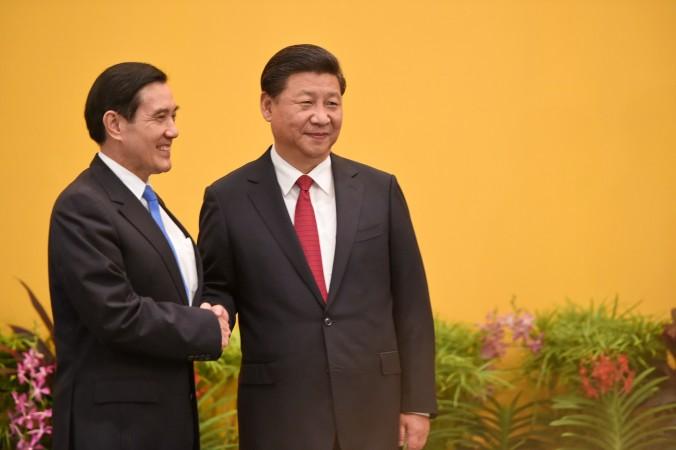 Китайский лидер Си Цзиньпин (справа) и тайваньский президент Ма Инцзю приветствуют журналистов перед встречей в отеле «Шангрила» в Сингапуре 7 ноября 2015 г. Фото: Roslan Rahman/AFP/Getty Image