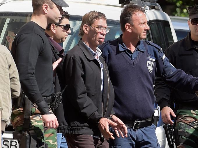 Полиция задерживает угонщика самолёта авиакомпании EgyptAir. Фото: GEORGE MICHAEL/AFP/Getty Images