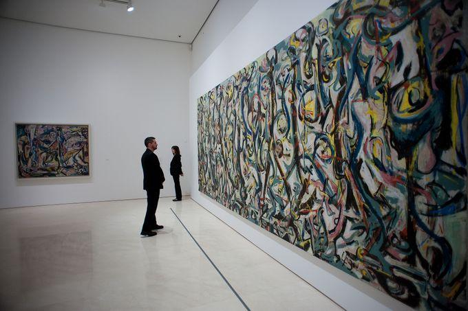 Мужчина смотрит на картину Джексона Поллока - идеолога и лидера абстрактного экспрессионизма. Фото: JORGE GUERRERO/AFP/Getty Images