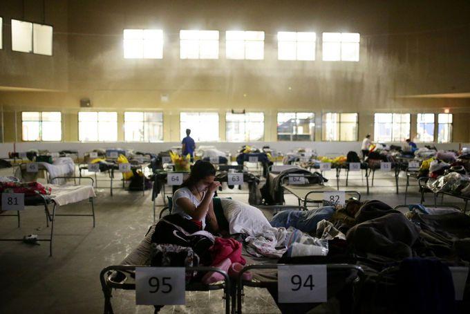 Эвакуированных людей размещают в то числе и в школьных спортзалах. Фото: COLE BURSTON/AFP/Getty Images