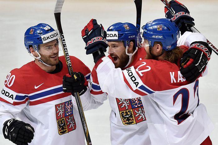 Сборная Чехии празднует победу в матче с Норвегией на ЧМ по хоккею, Москва, 12 мая, 2016 год.  Фото: YURI KADOBNOV/AFP/Getty Images