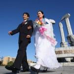 Северокорейские молодожёны у памятника в честь основания корейской трудовой партии, Пхеньян, Северная Корея, 19 октября 2007 г. Фото: Alexander Hassenstein/Getty Images