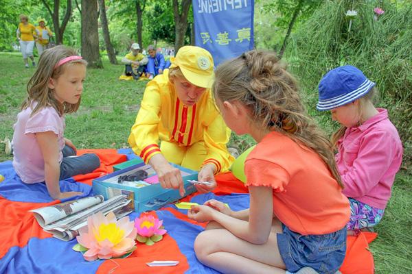 Оригами-лотосы из бумаги. Городской пикник добра в Симферополе. Фото: Алла Лавриненко/Великая Эпоха