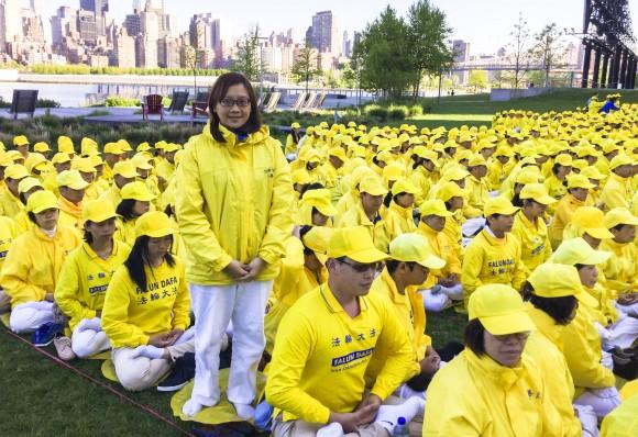 Ли Ицзинь, последовательница Фалуньгун из Тайваня, участвует в формировании иероглифов в парке Гантри 12 мая 2016 г. Фото: Frank Fang/Epoch Times