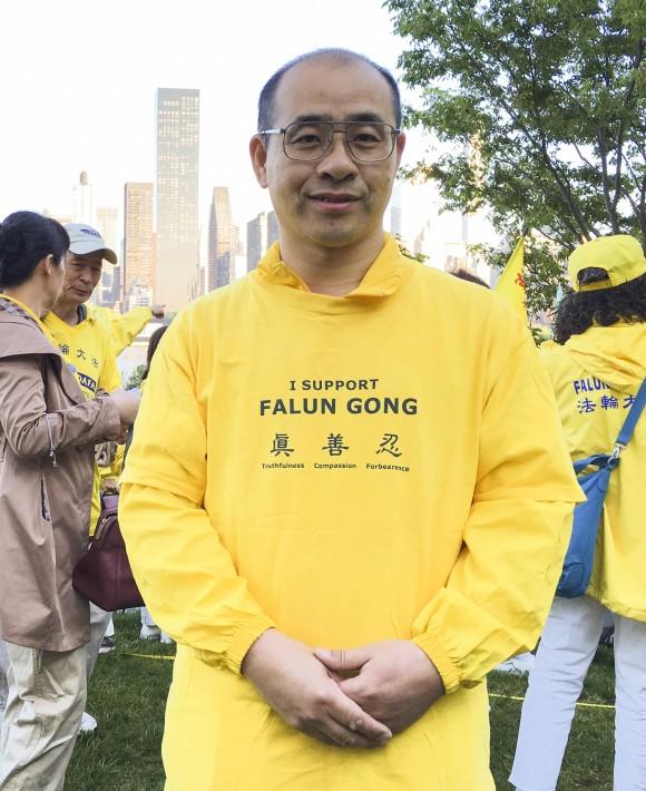 Курабаяши Митсухиро, последователь Фалуньгун китайско-японского происхождения, участвует в формировании иероглифов в парке Гантри 12 мая 2016 г. Фото: Larry Ong/Epoch Times