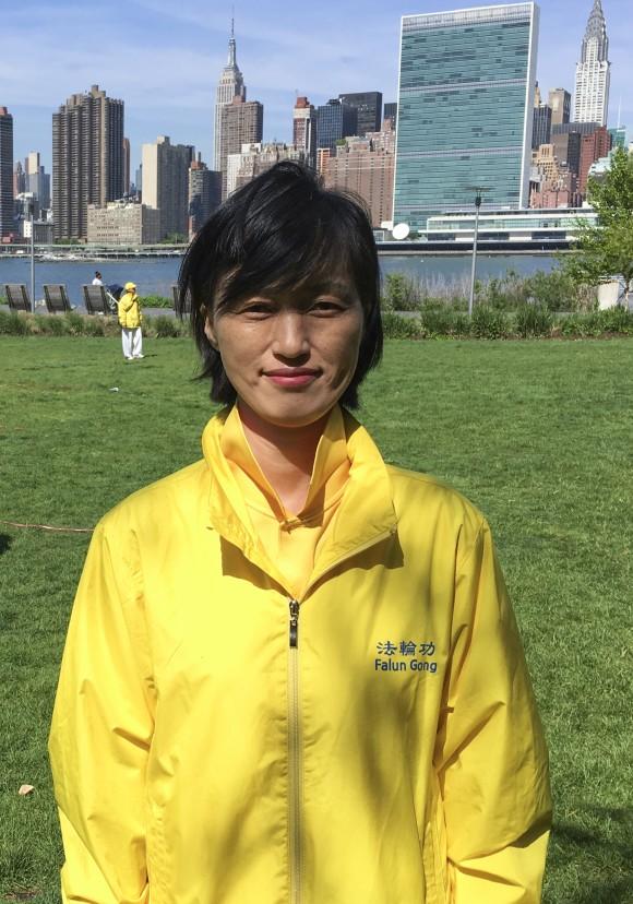 Чой Киун-сун, последовательница Фалуньгун из Южной Кореи, участвует в формировании иероглифов. Фото: Larry Ong/Epoch Times