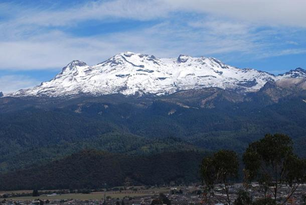 Вид на Истаксиуатль с горы Сакромонте в Амекамека. Фото: Public Domain
