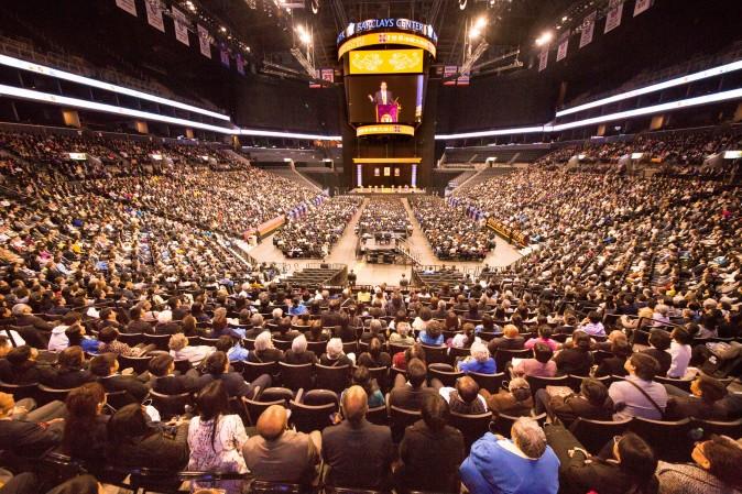 Конференцию по обмену опытом Фалунь Дафа в Нью-Йорке посетило почти 10 000 последователей. Фото: Larry Dye/Epoch Times