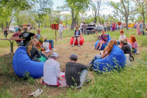 Поляна бесед. Арт-пикник в парке Учкуевка. Севастополь. Фото: Алла Лавриненко/Великая Эпоха