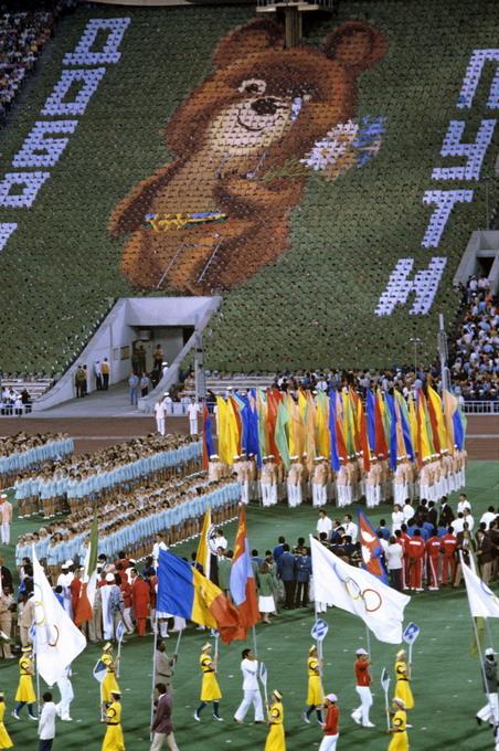 Плачущий Олимпийский мишка на торжественном закрытии XXII летних Олимпийских игр. Сергей Гунеев/РИА Новости/wikipedia.org/CC-BY-SA 3.0