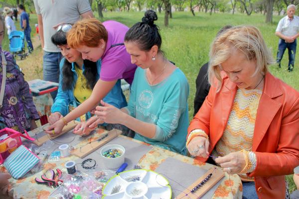 Создаём украшения. Арт-пикник в парке Учкуевка. Севастополь. Фото: Алла Лавриненко/Великая Эпоха