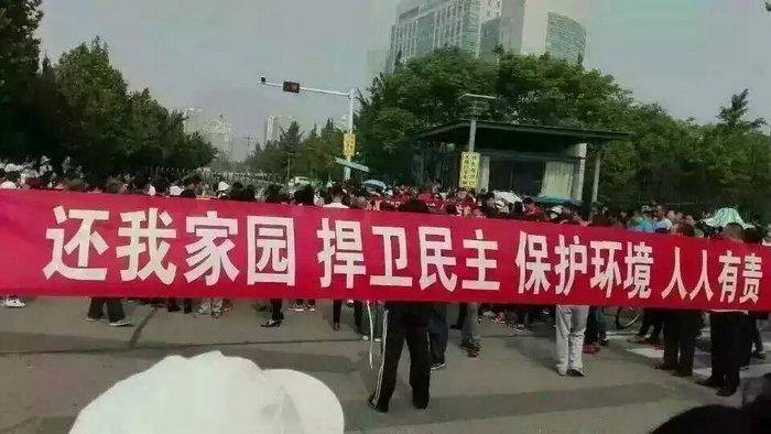 Местные жители протестуют против строительства химического завода. Город Лункоу провинции Шаньдун. Май 2016 года. Фото: weibo.com