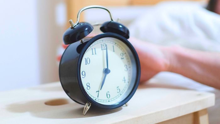 Почему мы просыпаемся раньше будильника