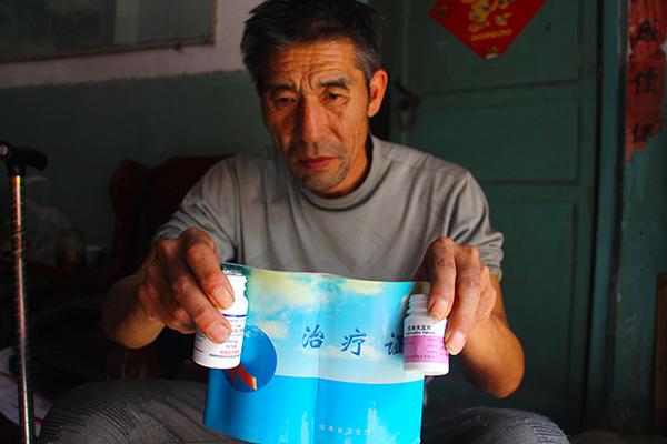 Ян и таблетки для лечения СПИДа. Фото: via The Paper