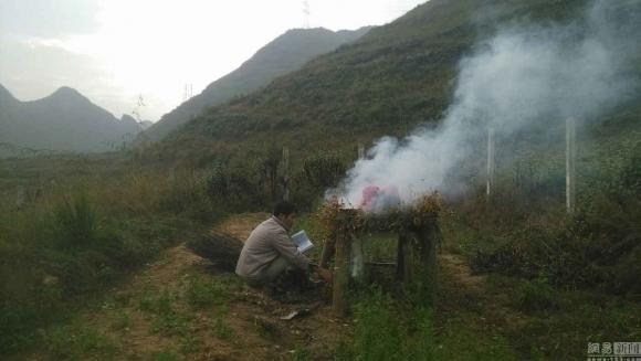 Вэй Шуфу лечит дочь окуриванием трав. Фото: via Netease