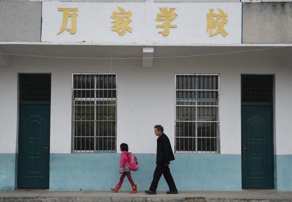 Пэн и её учитель Ли Чуймин идут в класс 27 апреля. Фото: via Xinhua