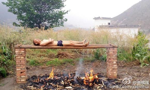 Житель Китая поджаривает себя над горящими углями, потому что не может оплатить дорогостоящее лечение лейкемии. Фото: Sina Weibo