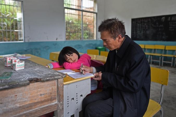 Пэн и учитель Лю Чуймин. Фото: via Xinhua