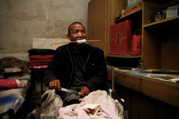 Чжэн Яньлян демонстрирует, как он ампутировал себе ногу. Фото: via Netease