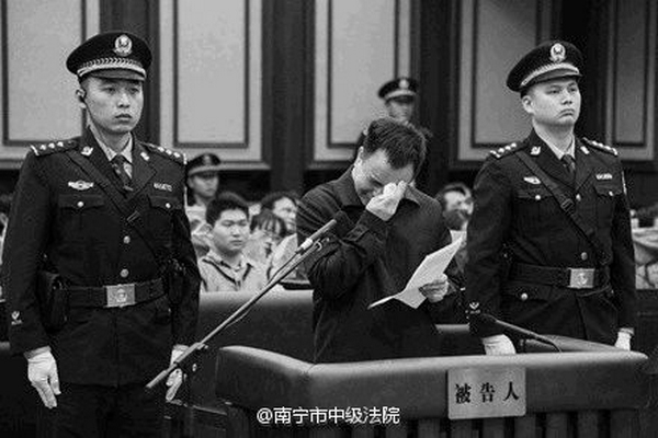 Китайские чиновники часто инсценируют раскаяние на суде. Фото: epochtimes.com