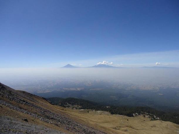 Вид на вулканы с вершины вулкана Матлалкуейтль. Фото: CC BY-SA 4.0