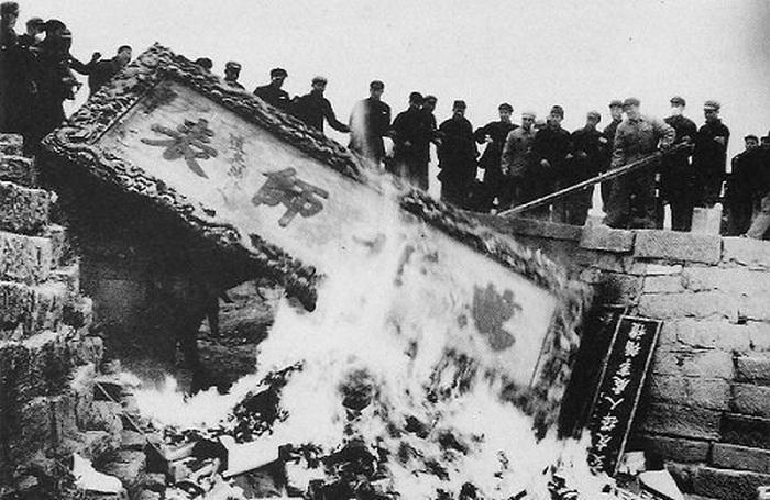 Уничтожение культурного наследия Китая в годы культурной революции. Фото: epochtimes.com