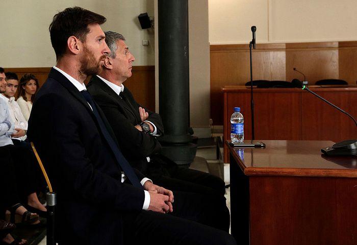 Лионель Месси и его отец Хорхе Орасио Месси на заседании суда, Барселона, 2 июня, 2016 год. Фото: Alberto Estevez - Pool/Getty Images