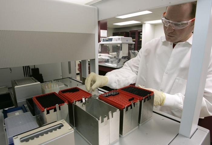 Проверка качества воды в лаборатории. Фото: George Frey/Getty Images)