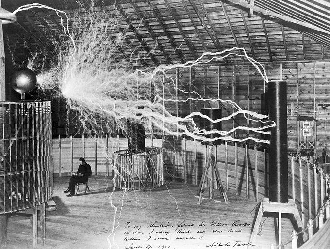Никола Тесла в лаборатории в Колорадо-Спрингс. Фото: Dickenson V. Alley/wikipedia.org/CC BY 4.0