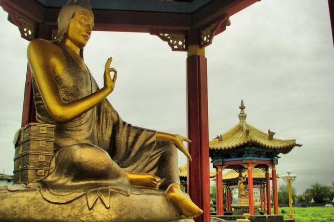 Одна из 17 статуй буддийских учителей вокруг Золотой обители Будды Шакьямуни. Элиста, Калмыкия. Фото: Oleg-Akamatsu/wikimedia.org/CC BY-SA 3.0