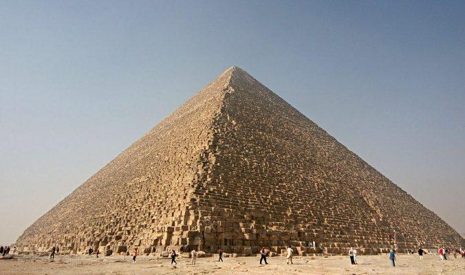 Пирамида Хеопса слегка наклонена