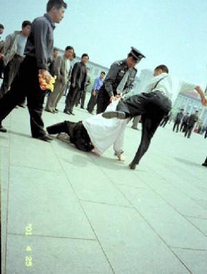 Полицейские в штатском арестовывают последователей Фалуньгун на площади Тяньаньмэнь в Пекине, 1999 год. Фото: Compassion Magazine