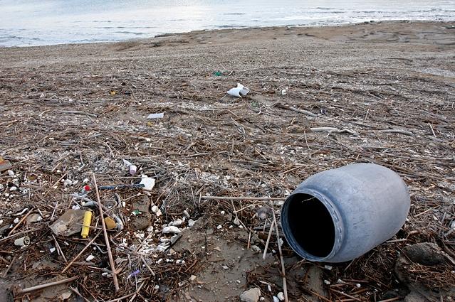 Пластиковый мусор на побережье Мёртвого моря. Фото: Hoshana/wikipedia.org/CC BY-SA 3.0