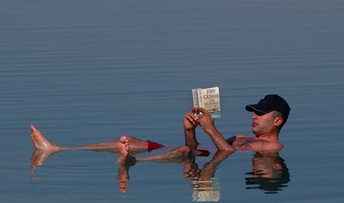 Из-за уникального состава Мёртвого моря в нём невозможно утонуть. Фото: Chris Hondros/Getty Images