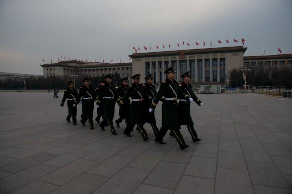 Военизированная охрана марширует по площади Тяньаньмэнь перед пресс-конференцией Народного политического консультативного совета Китая, 2 марта 2013 г. Этим департаментом управляет «Объединённый фронт» ― шпионская организация. Фото: Ed Jones/AFP/Getty Images
