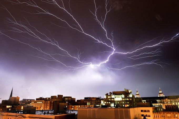 Поведение молний непредсказуемо и мало изучено исследователями. Фото: MLADEN ANTONOV/AFP/Getty Images