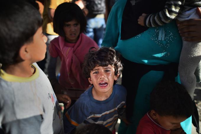 Дети-беженцы находятся в наиболее уязвимом положении, так как легко могут стать жертвами преступников. Фото: Jeff J Mitchell/Getty Images