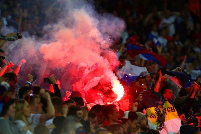 Российские болельщики, несмотря на предупреждение о возможной дисквалификации сборной РФ, зажгли файер во время матча Россия ― Словакия, Лилль, Франция, 15 июня, 2016 год. Фото: Clive Rose/Getty Images