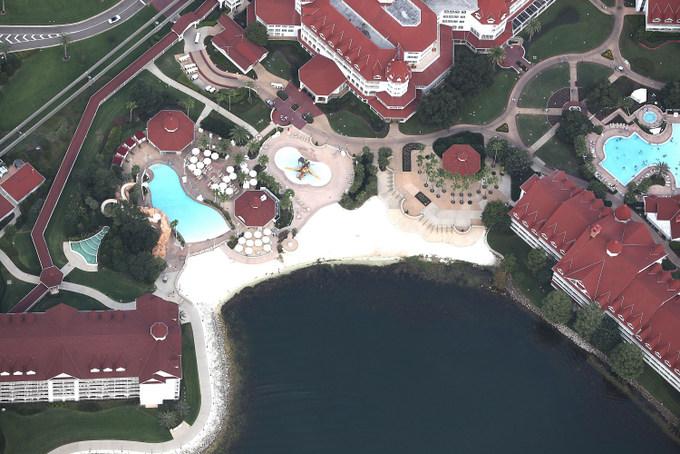Пляж в курортной зоне Disney's Grand Floridian Resort & Spa.Именно здесь крокодил утащил в воду двухлетнего мальчика. Фото: Joe Raedle/Getty Images