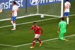 Мяч в воротах сборной РФ во время матча с командой Уэльса на Евро-2016, 20 июня 2016 год, Франция. Фото: Ian Walton/Getty Images