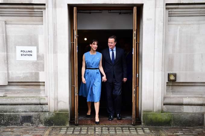 Премьер-министр Великобритании Дэвид Кэмерон и его жена Саманта выходят из зала голосования. В последнее время Кэмерон агитировал за сохранение членства в ЕС. Фото: Е LEON NEAL/AFP/Getty Images