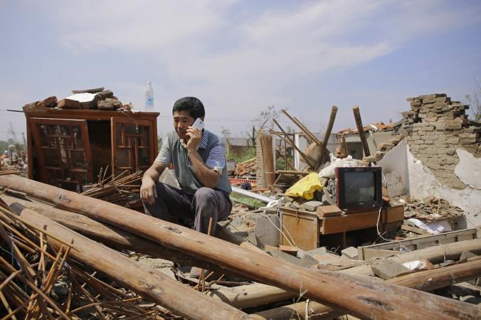 Крестьянин перед разрушенным домом в деревне Даньпин, провинция Цзянсу. Ураган в Цзянсу 23 июня унёс жизни 99 человек. Фото: Wang He/Getty Images