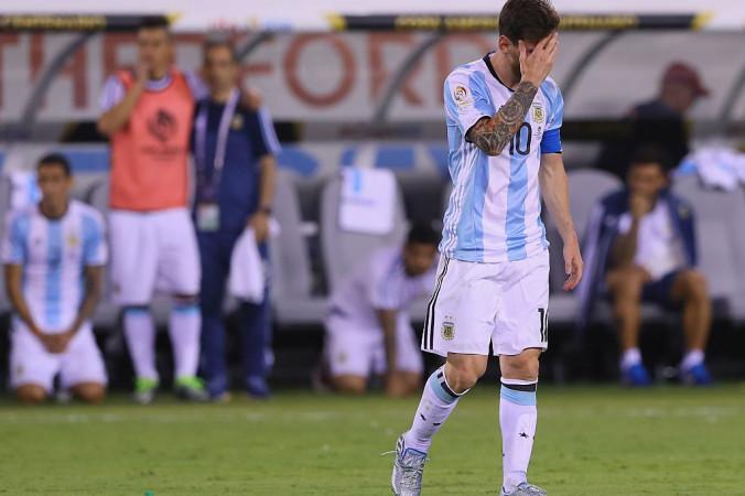 Лионель Месси после неудачного пенальти во время матча Аргентина — Чили в турнире на Кубок Америки, 26 июня, 2016 год. Фото: Elsa/Getty Images